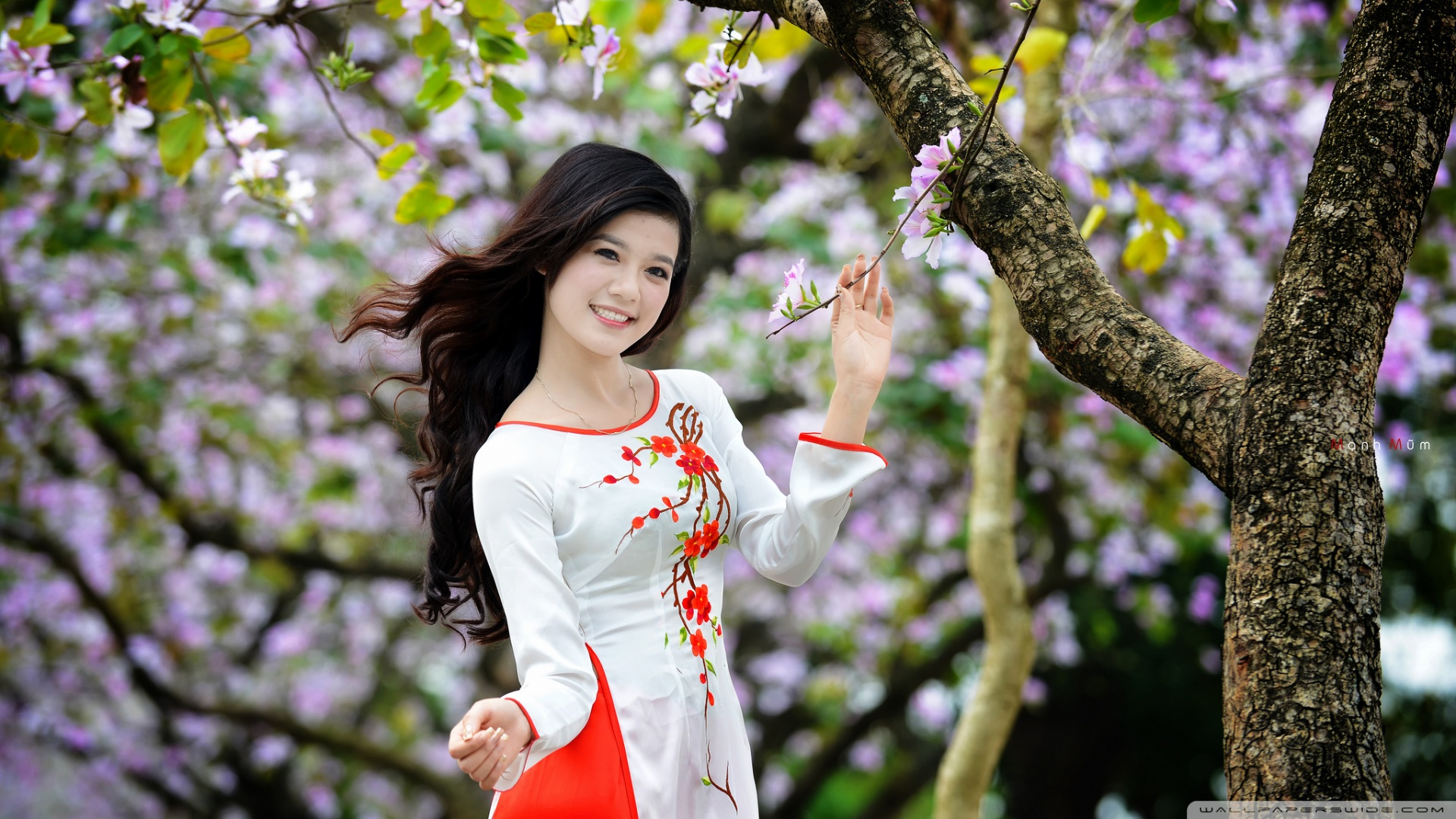 lány a kertben