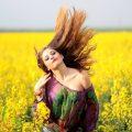 lány a sárga mezőn